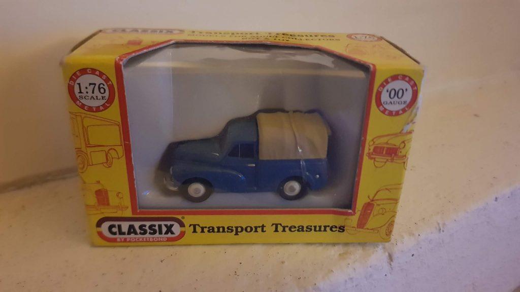 EM76632 - Classix - Morris Minor Pick up - Blue with rear cover